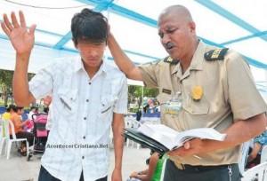 policia cristiano evangeliza Policial Evangélico evangeliza e ora por criminosos ajudando a reinserção social no Peru